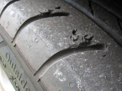 8 znakova kako prepoznati stare gume_ostecenje